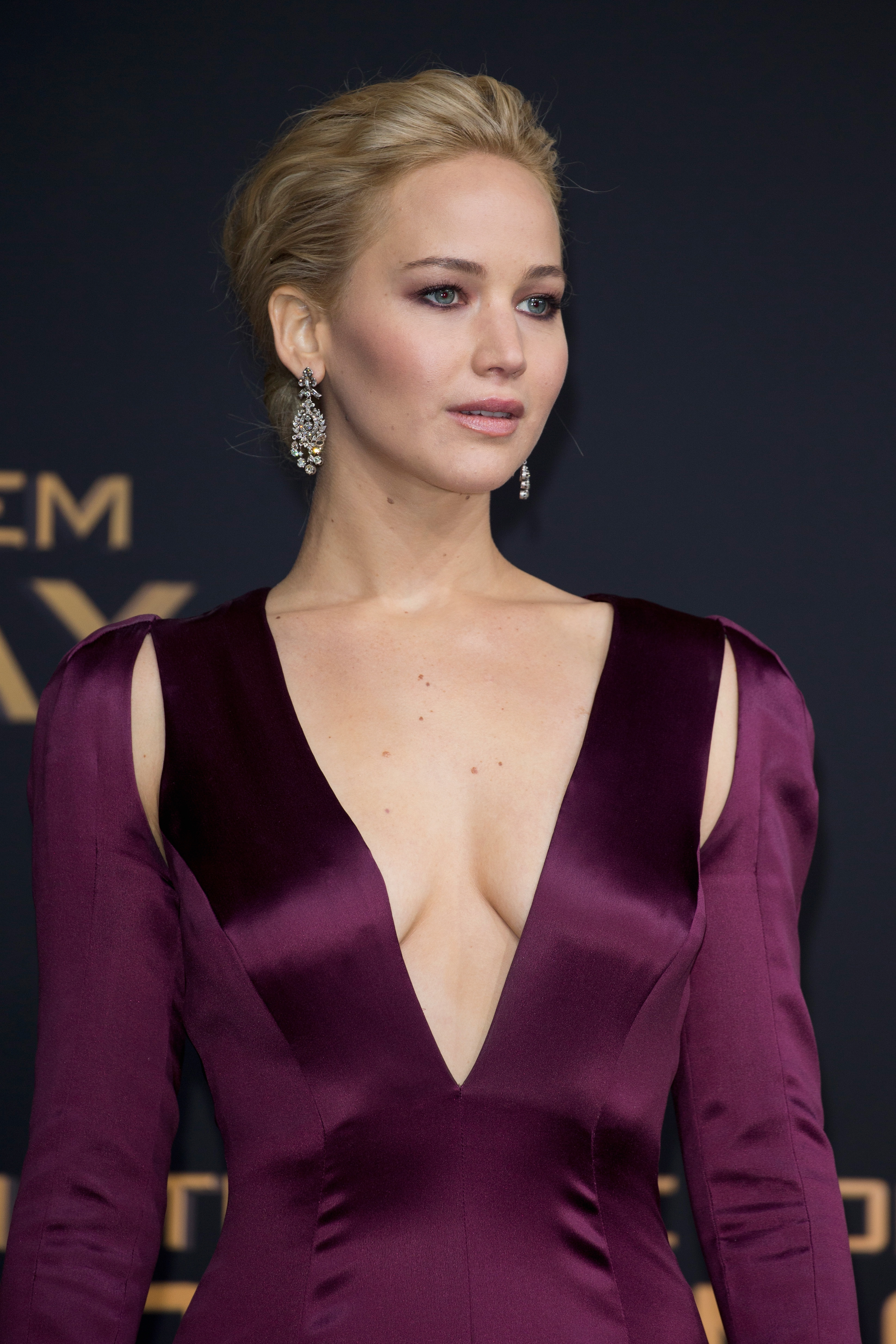 Jennifer Lawrence Struggles To Keep Her Dress Closed At ... Jennifer Lawrence