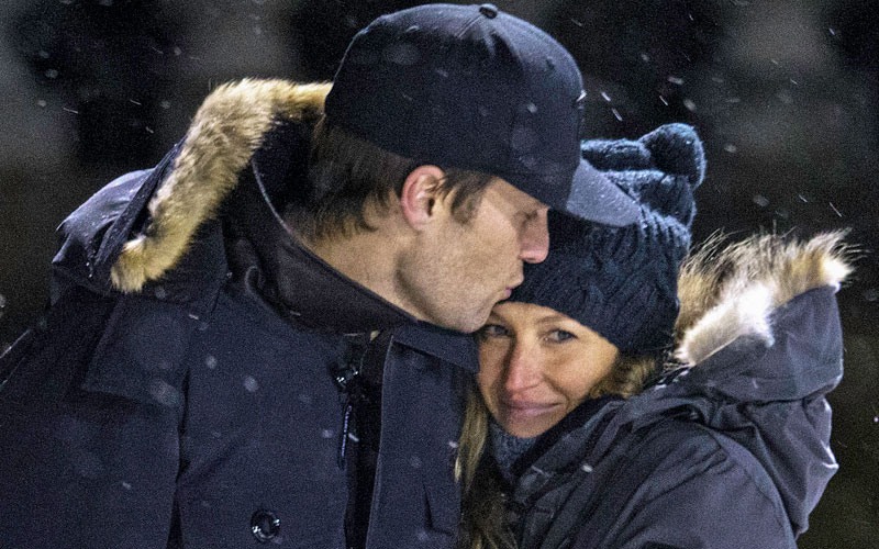 Front Row Fakery? Tom Brady & Gisele Bundchen Put On A Flirt