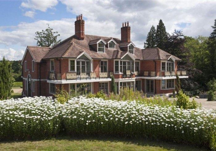 tom cruise puts london mansion on the market for 7 8. Black Bedroom Furniture Sets. Home Design Ideas