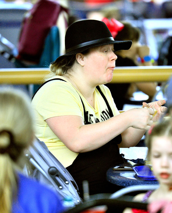 kelly-clarkson-weight-gain-pregnant-due-date-disneyland-pics-5