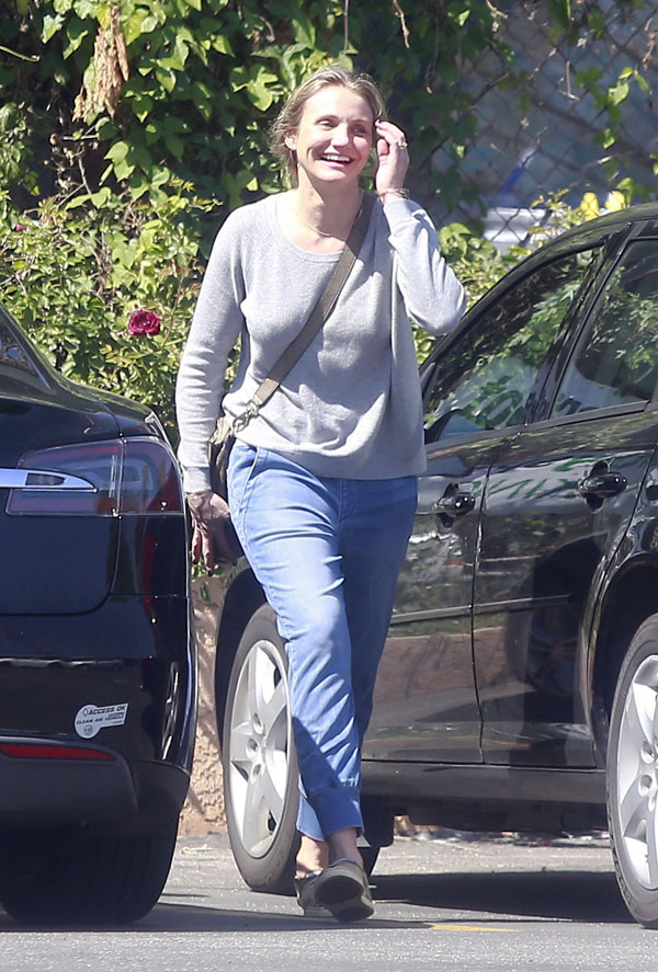 Baby Bump Watch! Cameron Diaz Spotted Covering Her Stomach ...Cameron Diaz Pregnant Pic