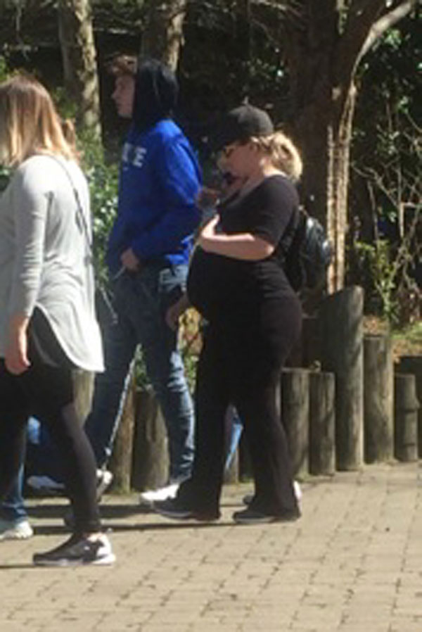 ... Kelly Clarkson Has Fun At Zoo Before Her Due Date! | OK! Magazine