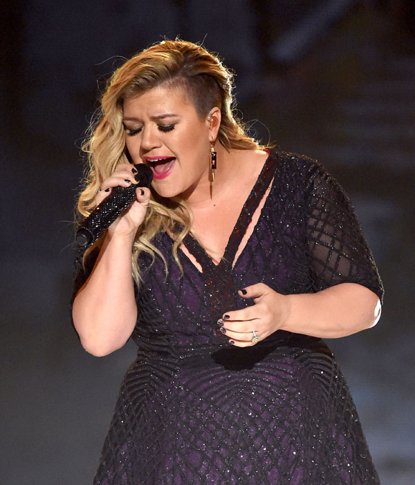kelly-clarkson-weight-gain-pregnant-due-date-disneyland-pics-1