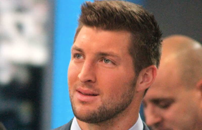 Tim tebow prays airplane heart attack victim family 07