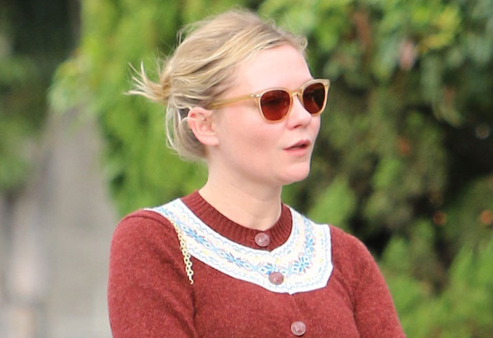 Kirsten dunst shows engagement ring 07