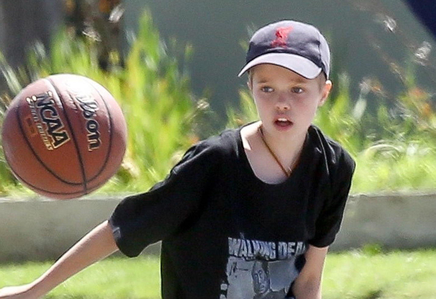 *PREMIUM EXCLUSIVE* Shiloh Jolie Pitt shoots some hoops in Malibu