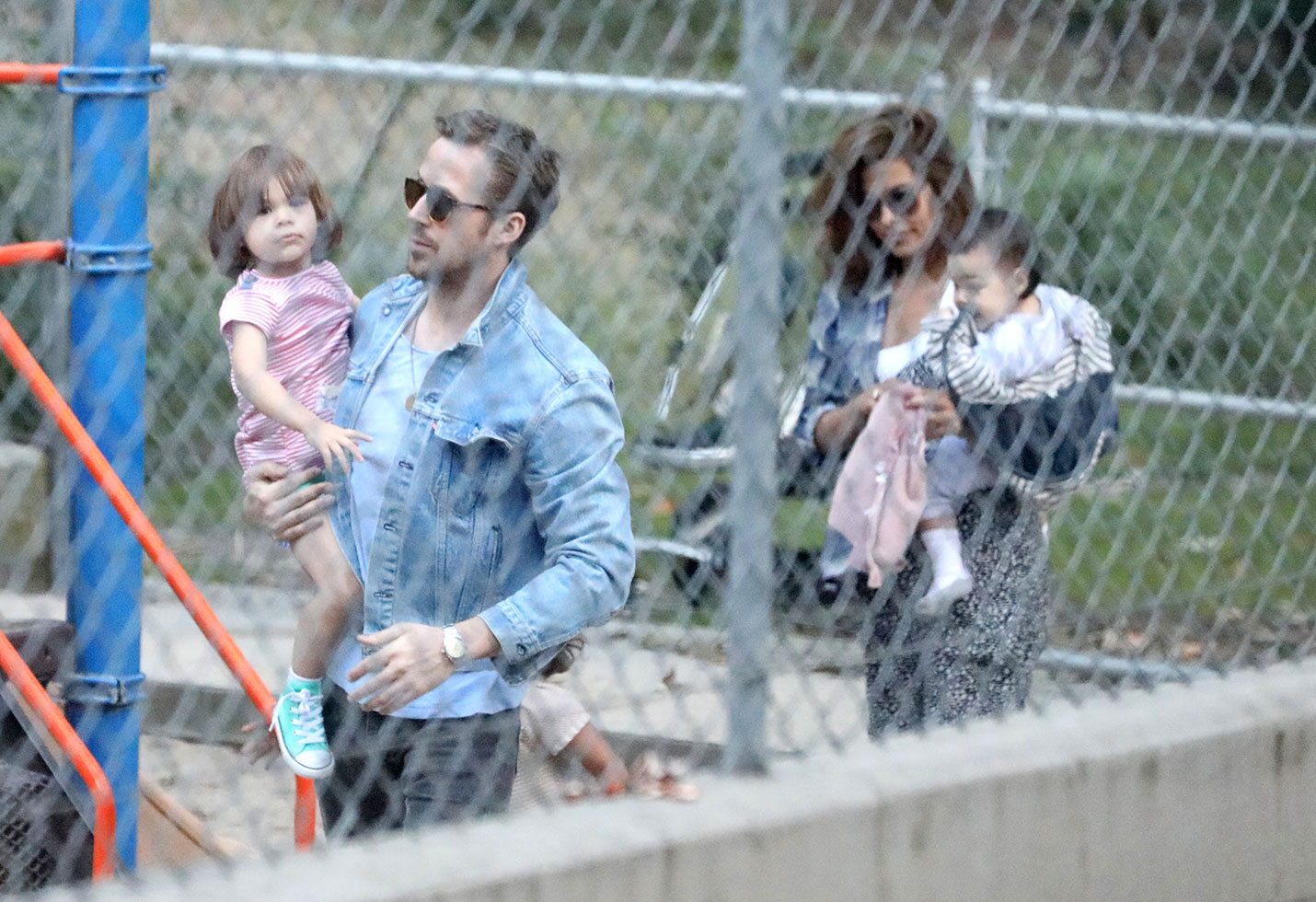 [PHOTOS] Ryan Gosling Eva Mendes Playground With Daughters