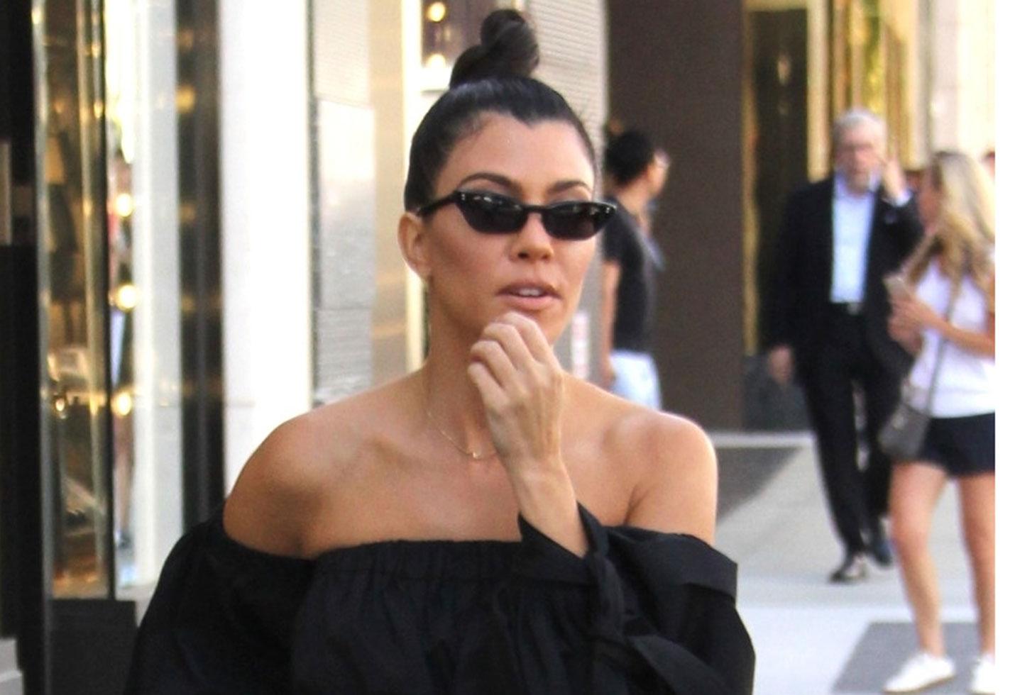 Kourtney kardashian tells reporter im pregnant feature