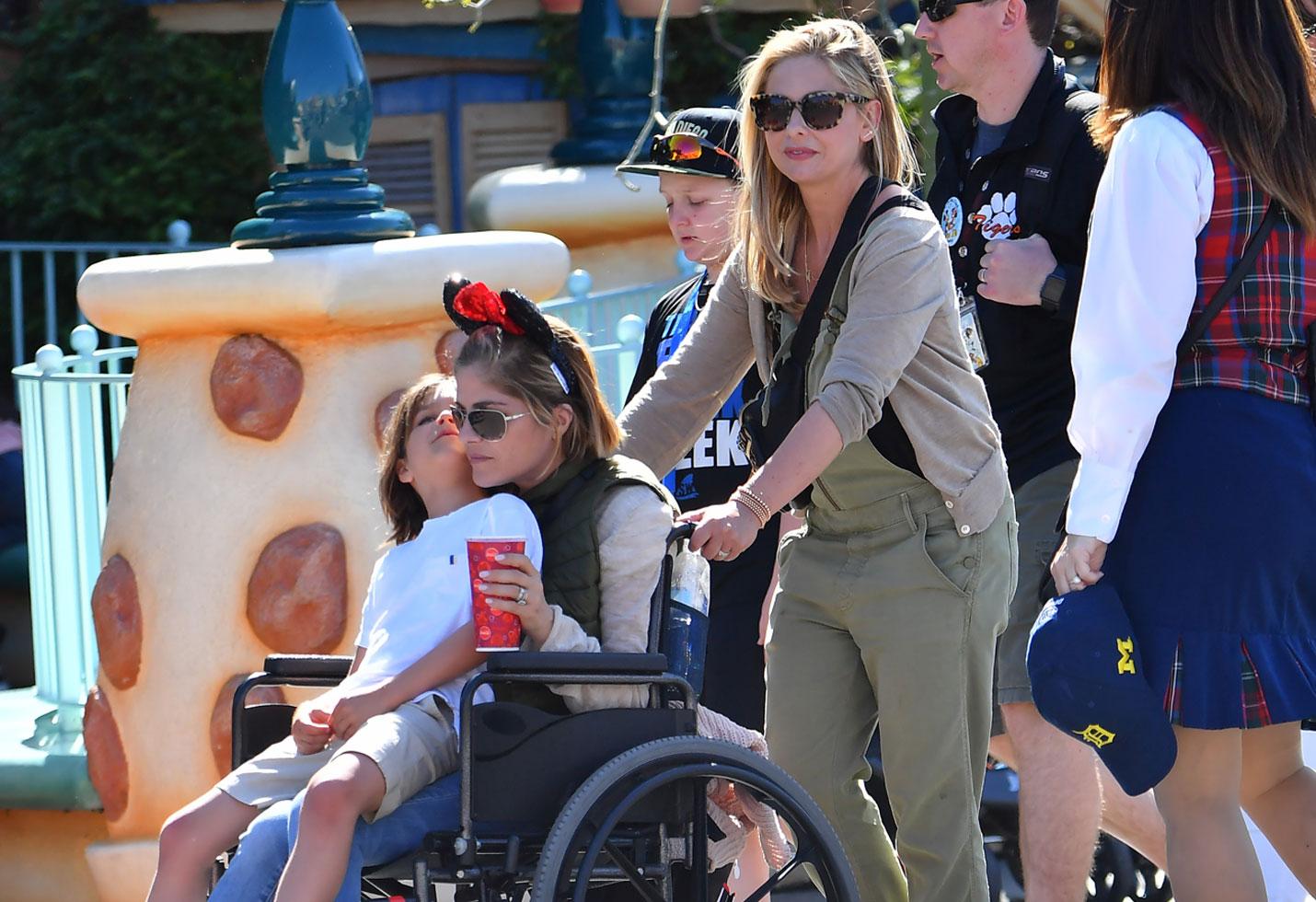 Selma blair wheelchair disneyland sarah michelle gellar friendship